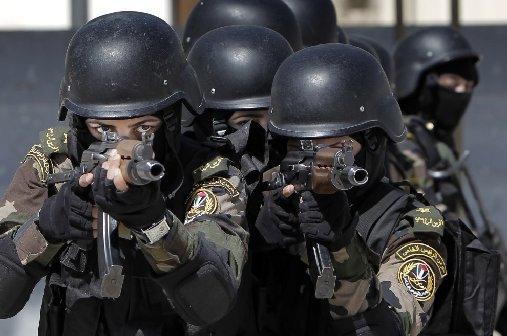 6.ZACHODNI BRZEG, Jerycho, 6 kwietnia 2014: Kobiety z obstawy prezydenta Autonomii Palestyńskiej. AFP PHOTO/AHMAD GHARABLI