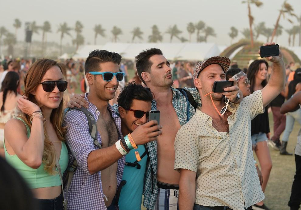 7.USA, Indio, 12 kwietnia 2014: Uczestnicy festiwalu robią sobie zdjęcia. Matt Cowan/Getty Images for Coachella/AFP