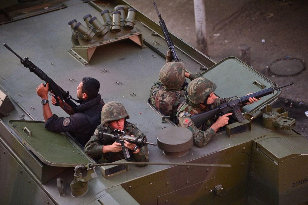 7.BRAZYLIA, Rio de Janeiro, 30 marca 2014: Funkcjonariusze BOPE działający w faweli Nueva Holanda. AFP PHOTO/CHRISTOPHE SIMON