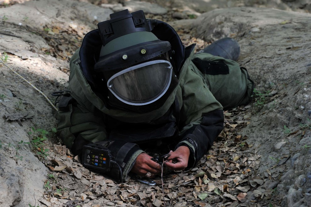 7.AFGANISTAN, Jalalabad,  14 kwietnia 2014: Afgański saper podczas treningu. AFP PHOTO/Noorullah Shirzada