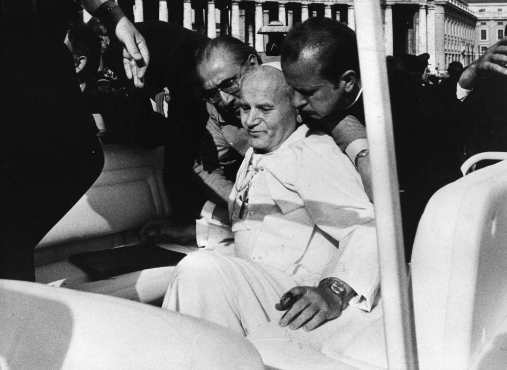 7.WATYKAN, 13 maja 1981: Jan Paweł II podnoszony przez obstawę po postrzeleniu na Placu Świętego Piotra. (Foto: Keystone/Getty Images)
