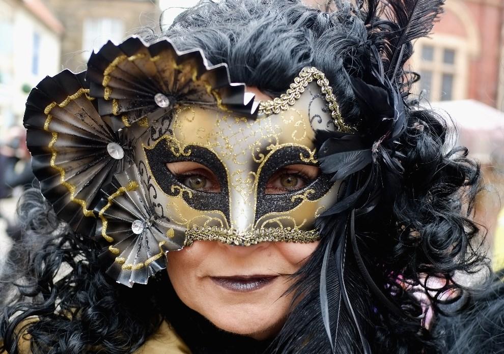 7.WIELKA BRYTANIA, Whitby, 26 kwietnia 2014: Kobieta w masce podczas gotyckiego weekendu. (Foto: Ian Forsyth/Getty Images)