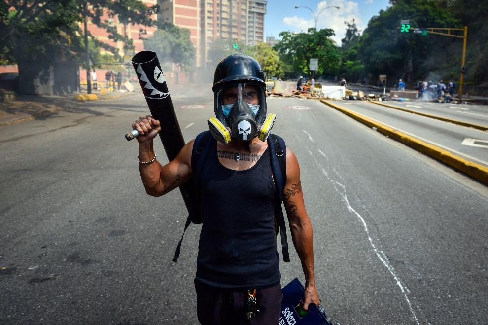 7.WENEZUELA, Caracas, 6 kwietnia 2014: Mężczyzna uczestniczący w protestach przeciw prezydentowi  Nicolasowi Maduro. AFP PHOTO/CARLOS BECERRA