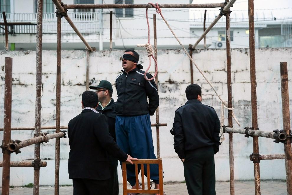 8.IRAN, Now Shahr, 15 kwietnia 2014: Mężczyzna skazany na śmierć, za zabicie człowieka podczas ulicznej bójki. Matka zabitego, uratowała go przed egzekucją. AFP   PHOTO/ARASH KHAMOOSHI/ISNA