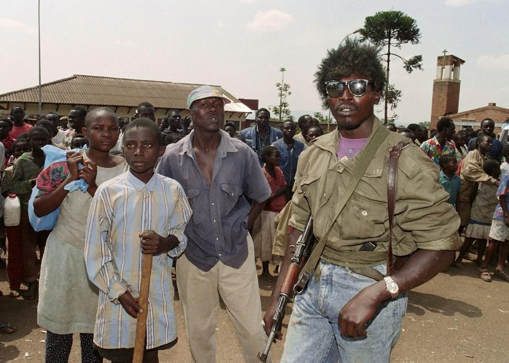 8.RWANDA, Kigali, 13 czerwca 1994: Hutu z oddziałów rządowych podczas ewakuacji przez ONZ grupy ok. 400 Tutsi. AFP