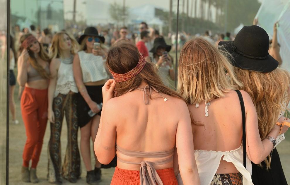 8.USA, Indio, 12 kwietnia 2014: Uczestniczki festiwalu robią sobie zdjęcia (Foto: Matt Cowan/Getty Images for Coachella)