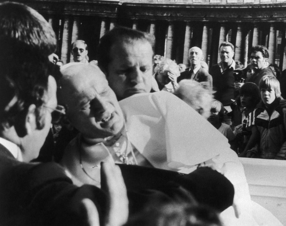 8.WATYKAN, 13 maja 1981: Jan Paweł II przewraca się postrzelony przez Ali Agcę. (Foto: Tommy W. Andersen/Keystone/Getty Images)