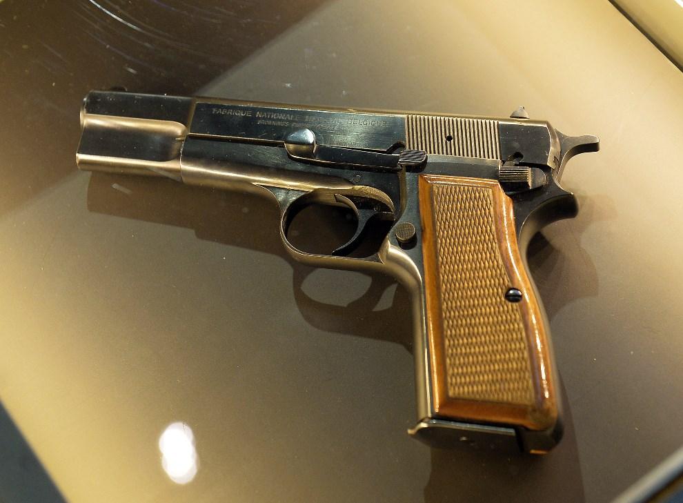 9.POLSKA, Wadowice, 7 kwietnia 2014: Browning HP 9mm, użyty przez Ali Agcę do zamachu w 1981 roku. AFP PHOTO/JANEK SKARZYNSKI