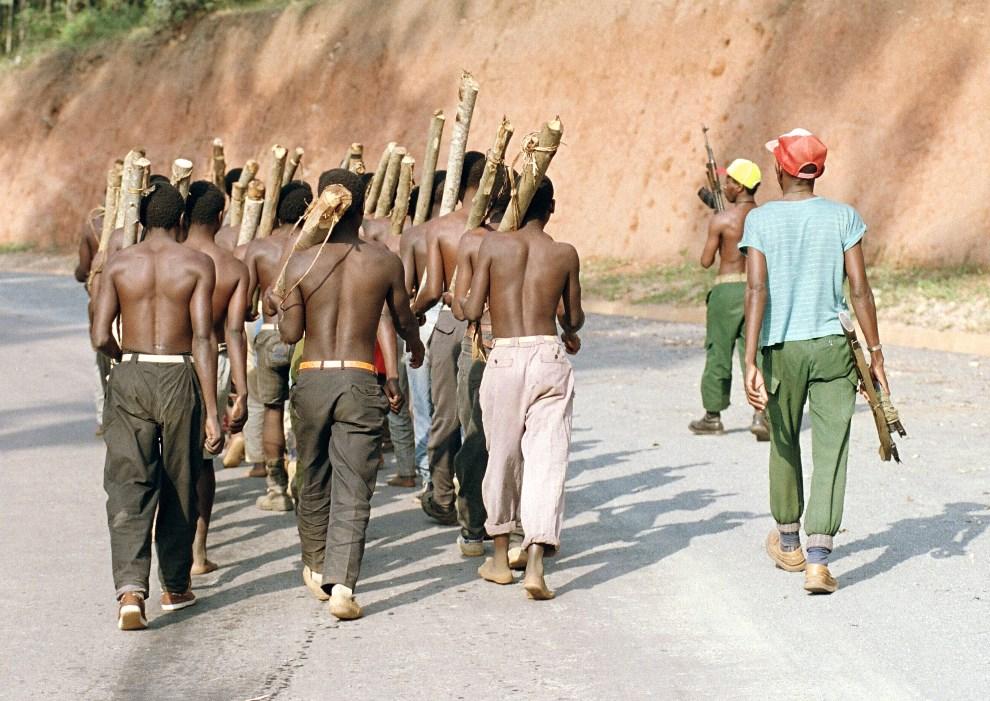 9.RWANDA, Gitarama, 11 czerwca 1994: Oddział Hutu podczas szkolenia na przedmieściach Gitramy. AFP