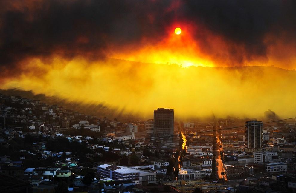 9.CHILE, Valparaiso, 12 kwietnia 2014: Panorama miasta zagrożonego przez zbliżający się pożar. AFP PHOTO / ALBERTO MIRANDA