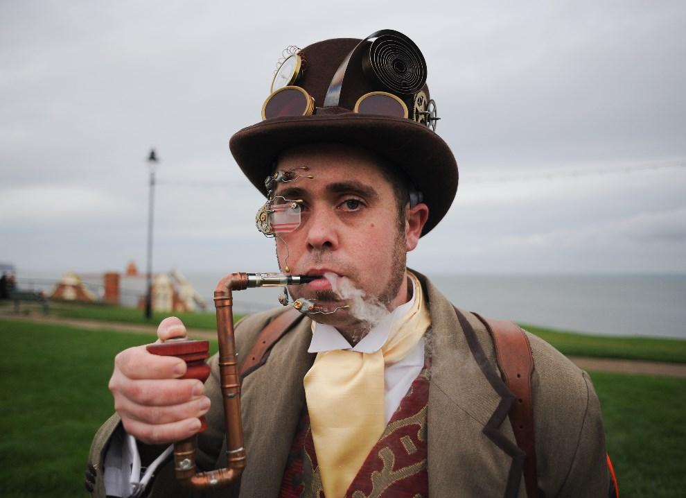 9.WIELKA BRYTANIA, Whitby, 2 listopada 2013: Chris Simpson z Chesterfield w steampunkowym kostiumie. (Foto: Ian Forsyth/Getty Images)