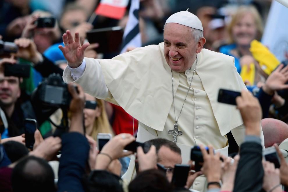 9.WATYKAN, 27 kwietnia 2014: Papież Franciszek pozdrawia wiernych zebranych na Placu Świętego Piotra. (Foto: Jeff J Mitchell/Getty Images)