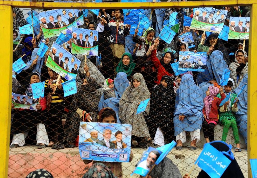9.AFGANISTAN, Herat, 1 kwietnia 2014: Kobiety podczas wiecu wyborczego jednego z kandydatów w wyborach prezydenckich. AFP PHOTO/AREF KARIMI