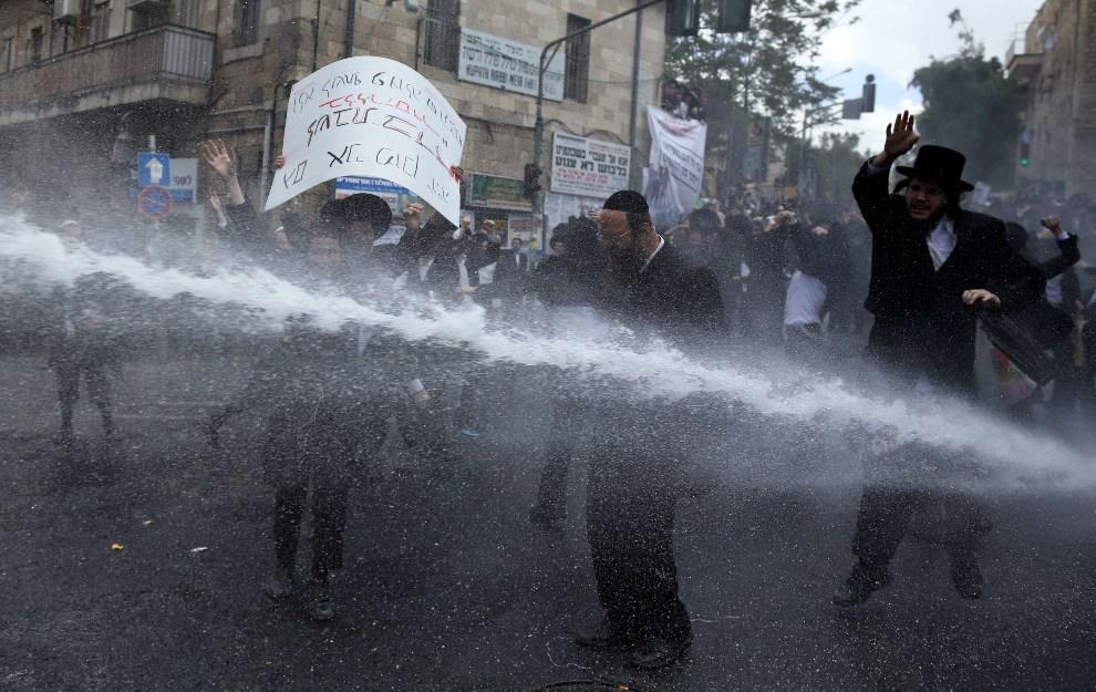9.IZRAEL, Jerozolima, 10 kwietnia 2014: Ultra-ortodoksyjni żydzi protestują przeciw obowiązkowej służbie wojskowej. AFP PHOTO/ MENAHEM KAHANA