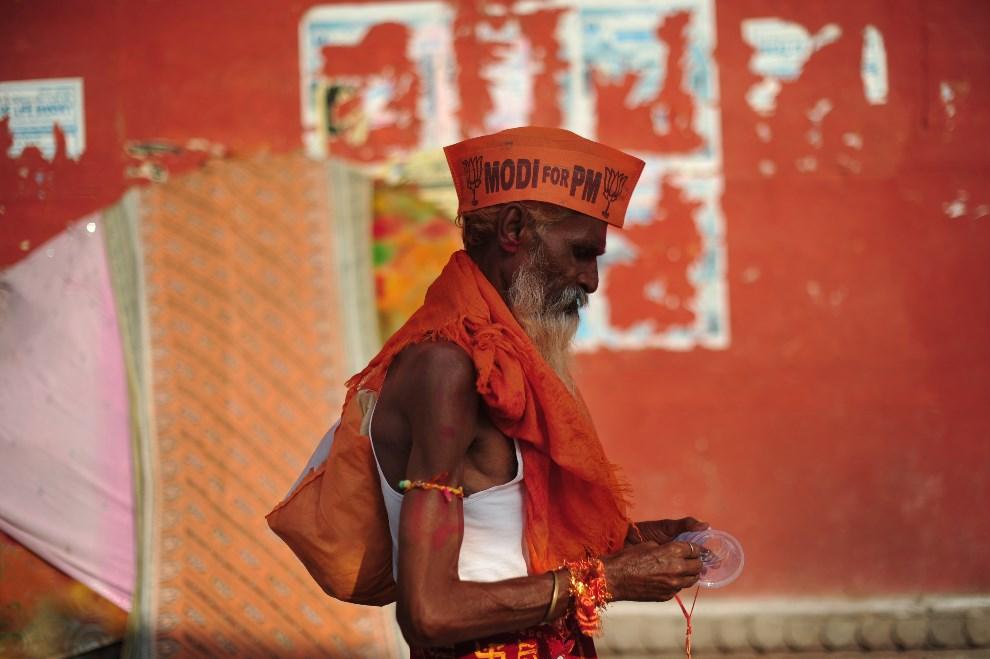 10.INDIE, Waranasi, 11 maja 2014: Sadhu, zwolennik Narendry Modi. AFP PHOTO/ROBERTO SCHMIDT