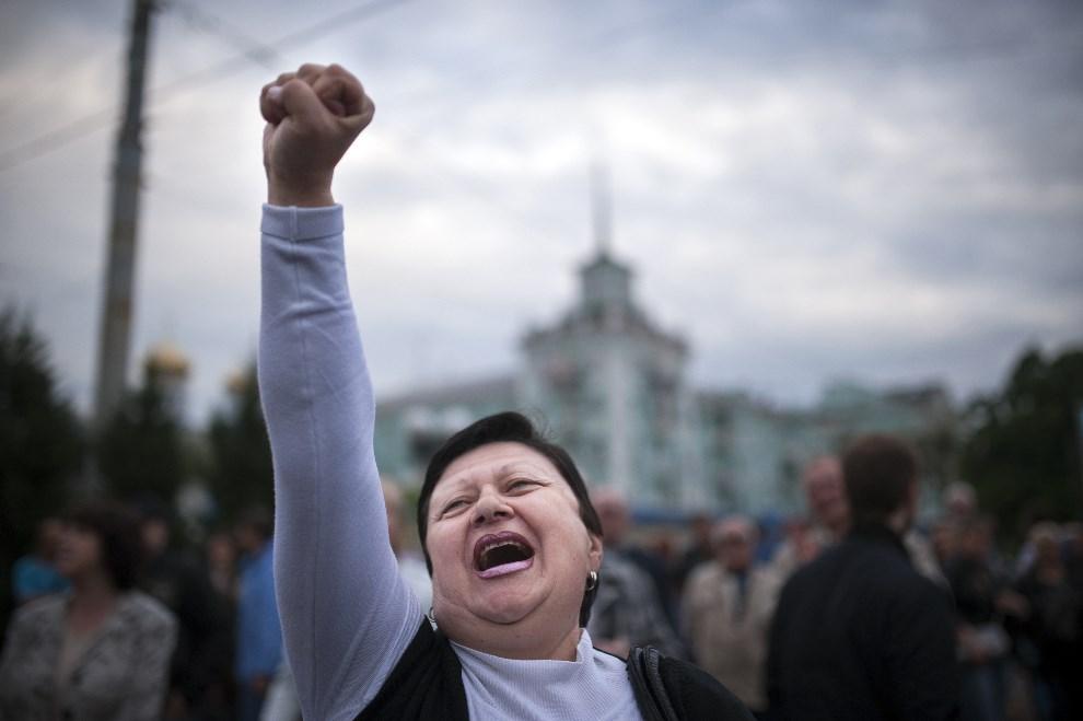 10.UKRAINA, Ługańsk, 12 maja 2014: Kobieta ciesząca się z wyników tzw. referendum. AFP PHOTO / DIMITAR DILKOFF