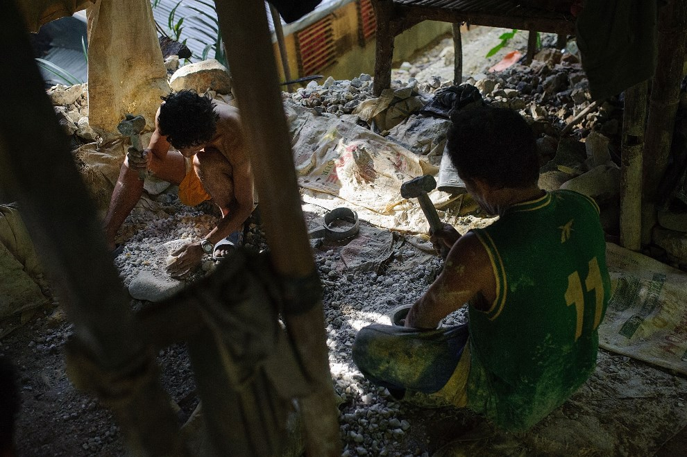 10.FILIPINY, Pinut-An, 22 kwietnia 2014: Mężczyźni rozbijają urobek na mniejsze, łatwiejsze w obróbce, kawałki (Foto: Luc Forsyth/Getty Images)