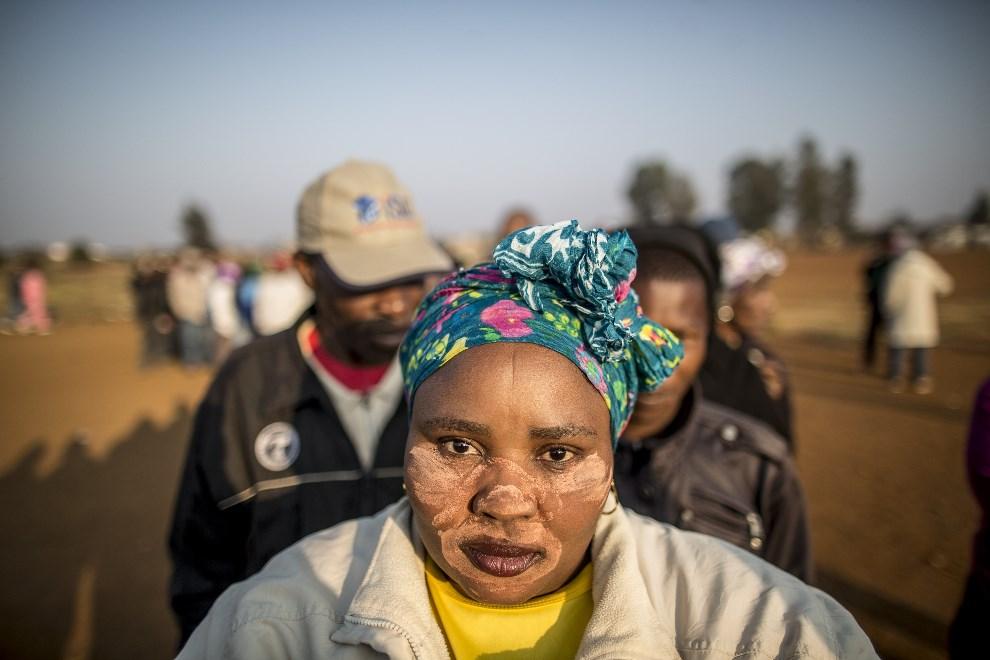 11.RPA, Bekkersdal, 7 maja 2014: Kobieta stojąca w kolejce do lokalu wyborczego. AFP PHOTO/MARCO LONGARI