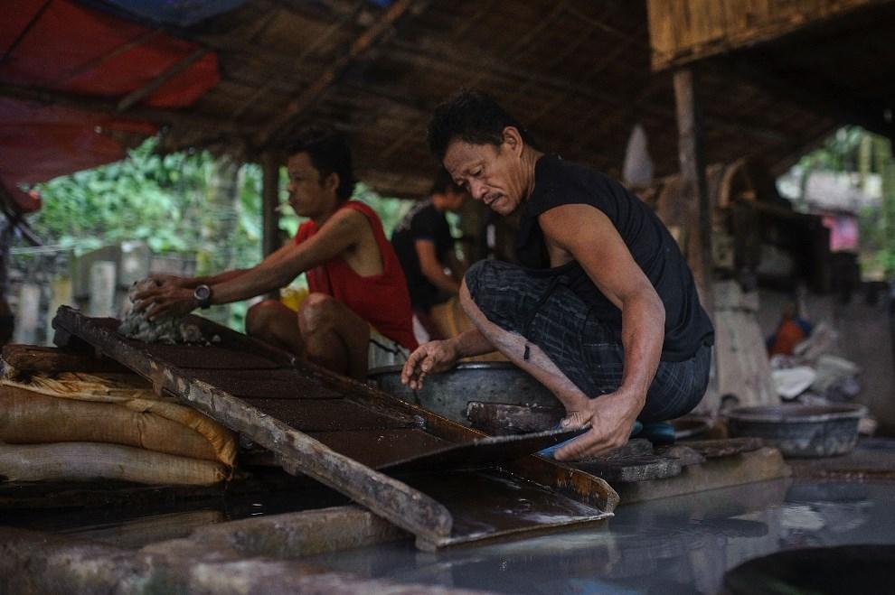 11.FILIPINY, Pinut-An, 23 kwietnia 2014: Mężczyzna zmienia maty, na które zbierane jest złoto wypłukwiane z rozdrobnionych skał. (Foto: Luc Forsyth/Getty Images)