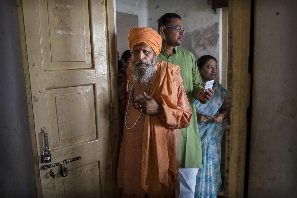 11.INDIE, Waranasi, 12 maja 2014: Sahu czekający na oddanie głosu w lokalu wyborczym. (Foto: Kevin Frayer/Getty Images)