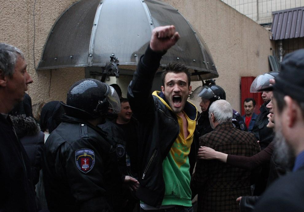 12.UKRAINA, Odessa, 2 maja 2014: Mężczyzna zwolniony z aresztu, po ataku prorosyjskiej bojówki na komisariat policji. AFP PHOTO / ANATOLII STEPANOV