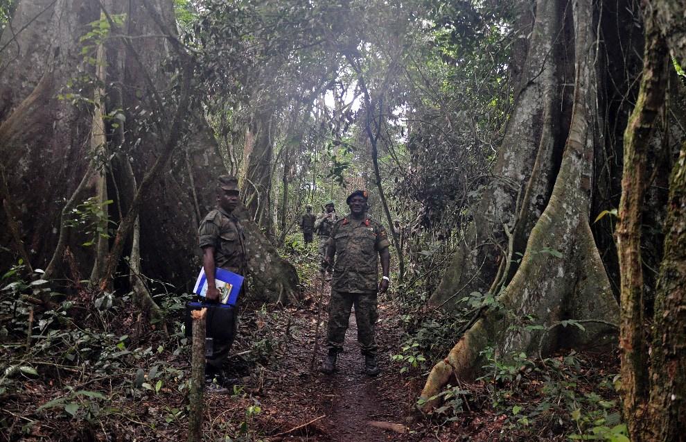 12.DEMOKRATYCZNA REPUBLIKA KONGA, Beni, 7 maja 2014: Dowodzący siłami bezpieczeństwa Ugandy, generał Edward Katumba Wamala, pozuje do zdjęcia podczas wizyty w   DRK. AFP PHOTO/STRINGER