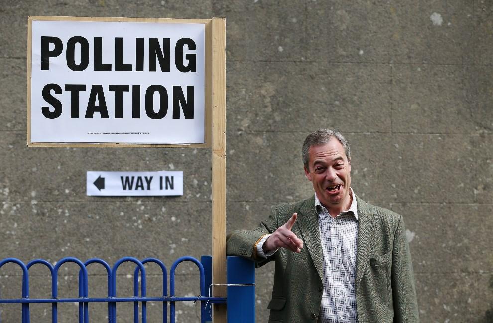 12.WIELKA BRYTANIA, Biggin Hill, 22 maja 2014: Nigel Farage (UKIP) wychodzi z punktu wyborczego. (Foto: Peter Macdiarmid/Getty Images)