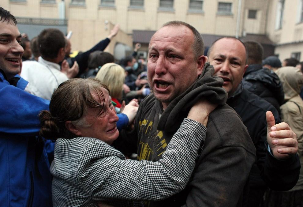 13.UKRAINA, Odessa, 4 maja 2014: Mężczyźni zwolnieni z aresztu, po ataku prorosyjskiej bojówki na komisariat policji. AFP PHOTO / ANATOLII STEPANOV