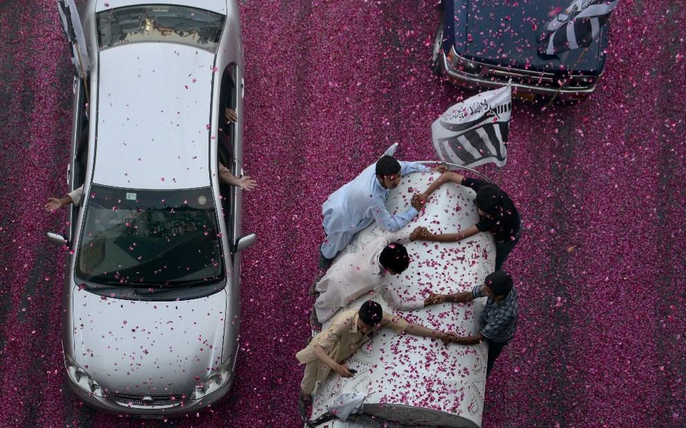 13.PAKISTAN, Islamabad, 28 maja 2014: Aktywiści z  Jamat-ud-Dawa świętują rocznicę prób atomowych (detonacja była odpowiedzią na Indyjskie próby jądrowe z 1998   roku). AFP PHOTO/Farooq NAEEM