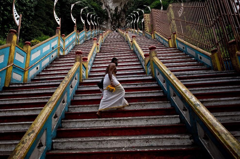 13.MALEZJA, Kuala Lumpur, 9 maja 2014: Kapłan pokonujący 272 schody prowadzące do świątyni Batu Caves. AFP PHOTO/ MANAN VATSYAYANA