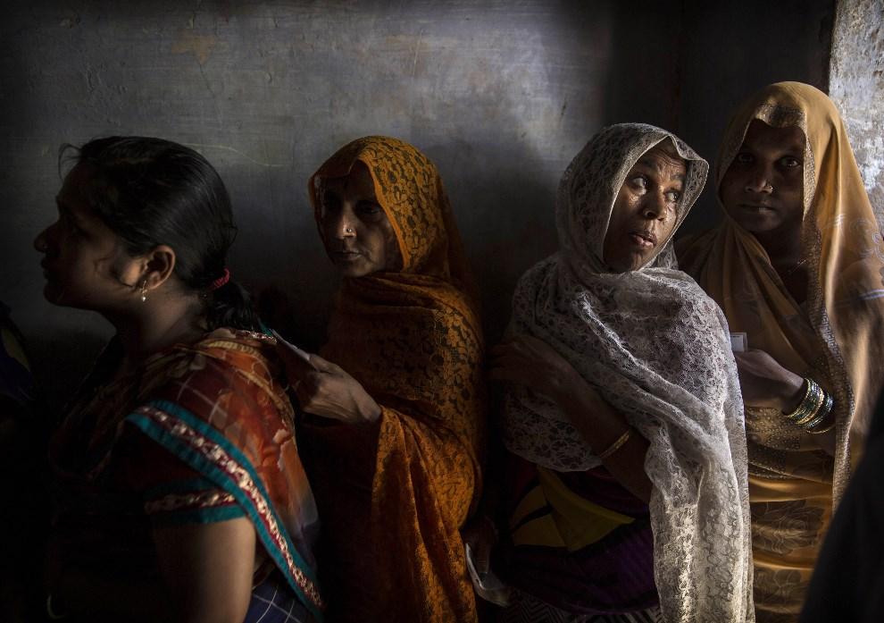 13.INDIE, Waranasi, 12 maja 2014: Kobiety w kolejce do lokalu wyborczego. (Foto: Kevin Frayer/Getty Images)