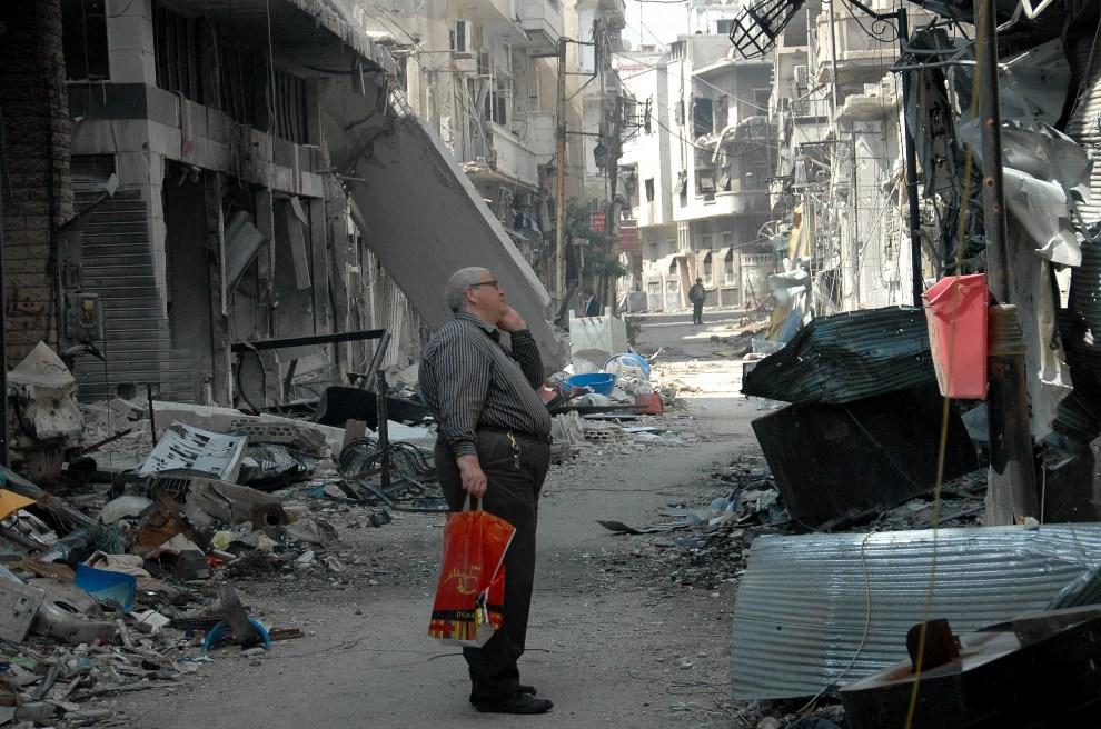14.SYRIA, Homs, 9 maja 2014: Mężczyzna przygląda się zniszczeniom w swojej dzielnicy. AFP PHOTO/STR.