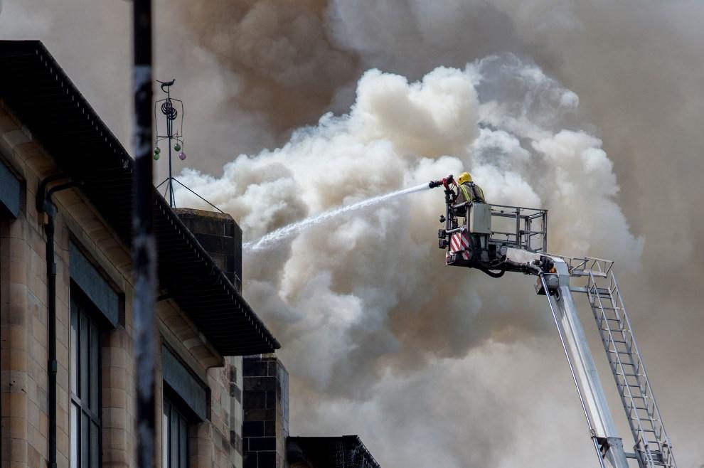 14.WIELKA BRYTANIA, Glasgow, 23 maja 2014: Strażacy walczący z ogniem w centrum Glasgow. AFP PHOTO / DAVID BARZ