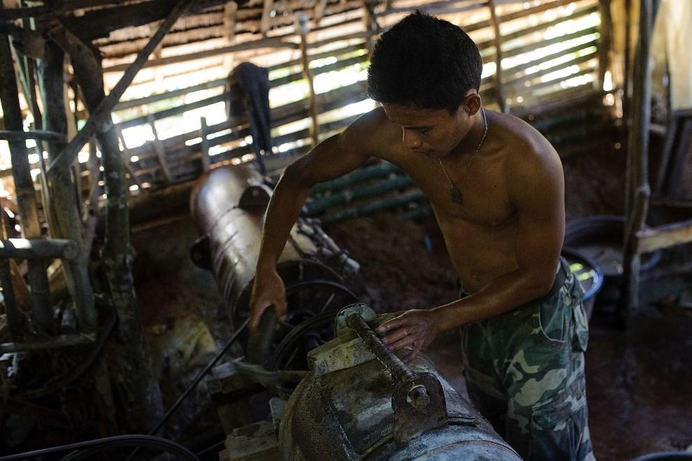 14.FILIPINY, Pinut-An, 23 kwietnia 2014: Mężczyzna zabezpiecza maszynę używaną do mielenia skał. (Foto: Luc Forsyth/Getty Images)