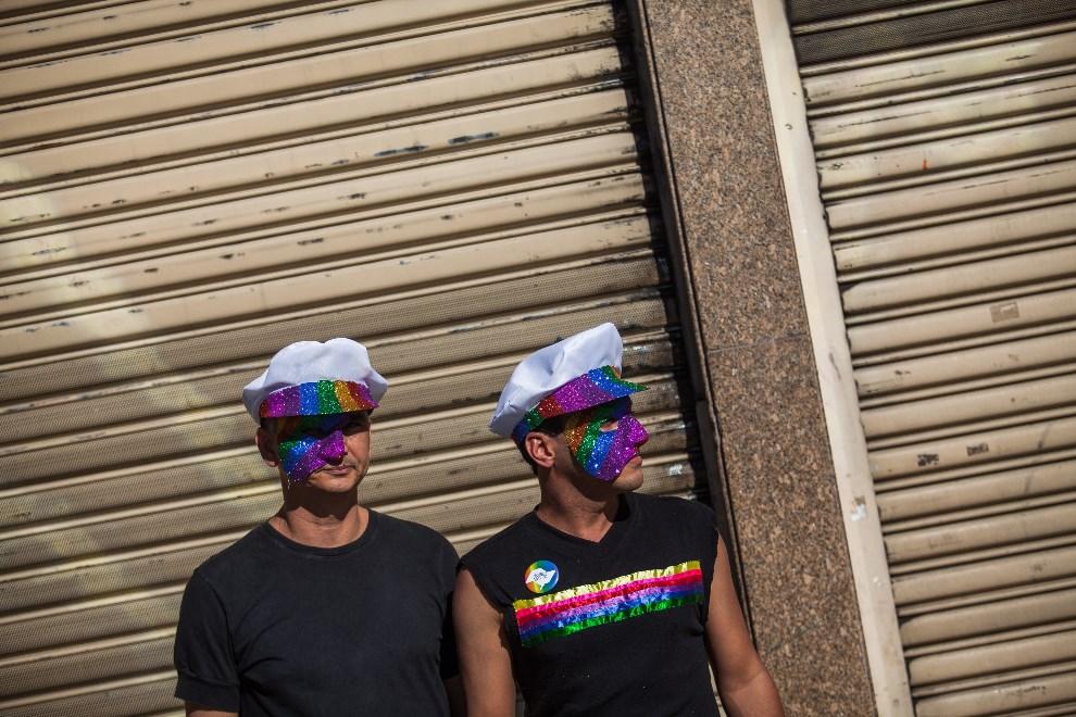 14.BRAZYLIA, Sao Paulo, 4 maja 2014: Mężczyźni przyglądający się przechodzącej paradzie. (Foto: Victor Moriyama/Getty Images)