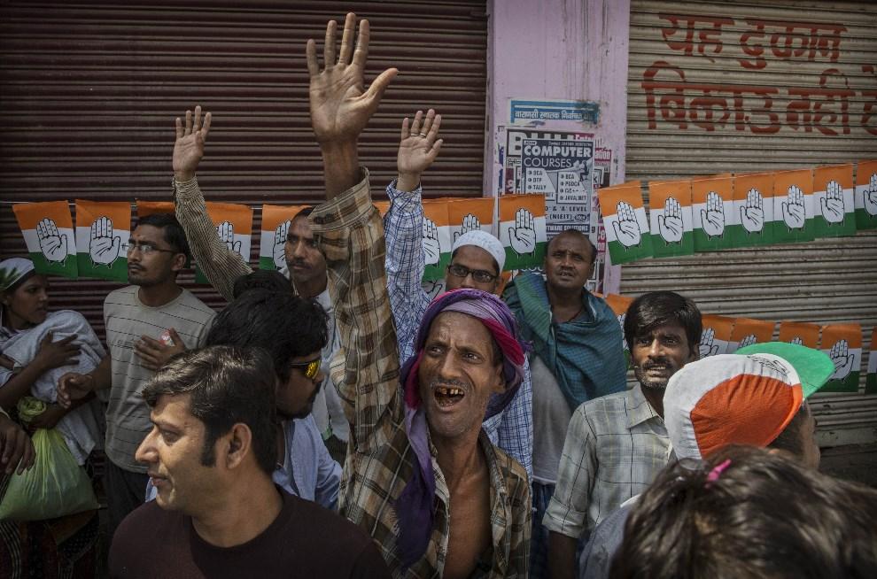 14.INDIE, Waranasi, 10 maja 2014: Zwolennicy Rahula Gandhi na wiecu wyborczym. (Foto: Kevin Frayer/Getty Images)