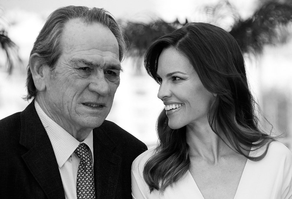 "14.FRANCJA, Cannes, 18 maja 2014: Tommy Lee Jones i Hilary Swank podczas premiery filmu ""The Homesman. AFP PHOTO / VALERY HACHE"