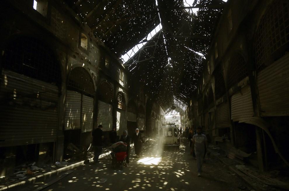 15.SYRIA, Homs, 12 maja 2014: Podziurawiony, w wyniku ostrzału, dach nad bazarem. AFP PHOTO/JOSEPH EID