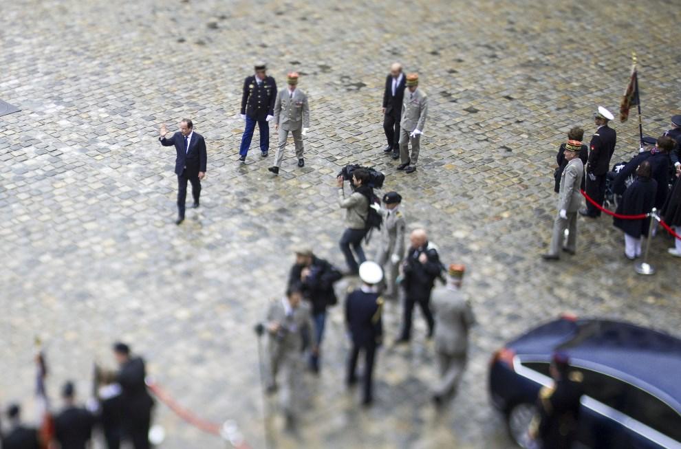 15.FRANCJA, Paryż, 22 maja 2014: Francois Hollande po zakończeniu uroczystości państwowych.  AFP PHOTO / FRED DUFOUR