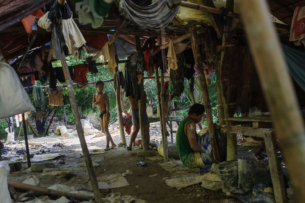 15.FILIPINY, Pinut-An, 22 kwietnia 2014: Górnicy podczas przerwy w pracy. (Foto: Luc Forsyth/Getty Images)
