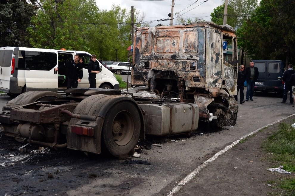 16.UKRAINA, Słowiańsk, 5 maja 2014: Ciężarówka spalona podczas walk na przedmieściach Słowiańska. AFP PHOTO / VASILY MAXIMOV