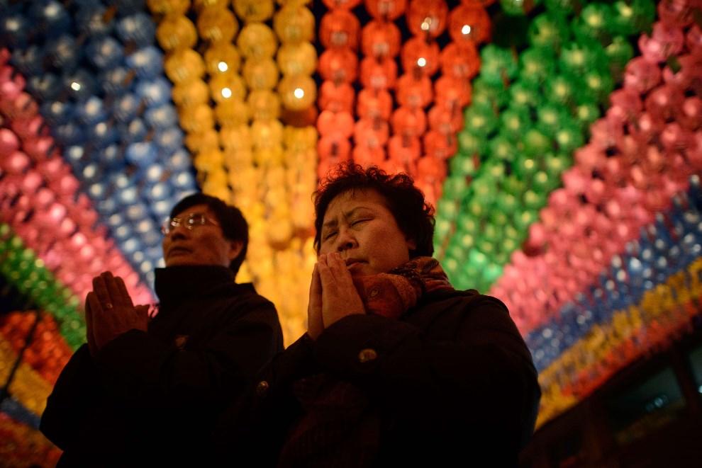 16.KOREA, Seul, 6 maja 2014: Uczestnicy modlitw z okazji święta upamiętniającego narodziny Buddy. AFP PHOTO / Ed Jones