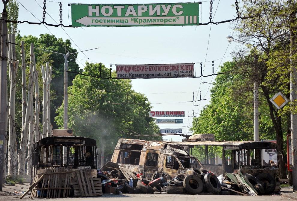17.UKRAINA, Kramatorsk, 4 maja 2014: Ulica w centrum miasta po nocnych walkach. AFP PHOTO / GENYA SAVILOV