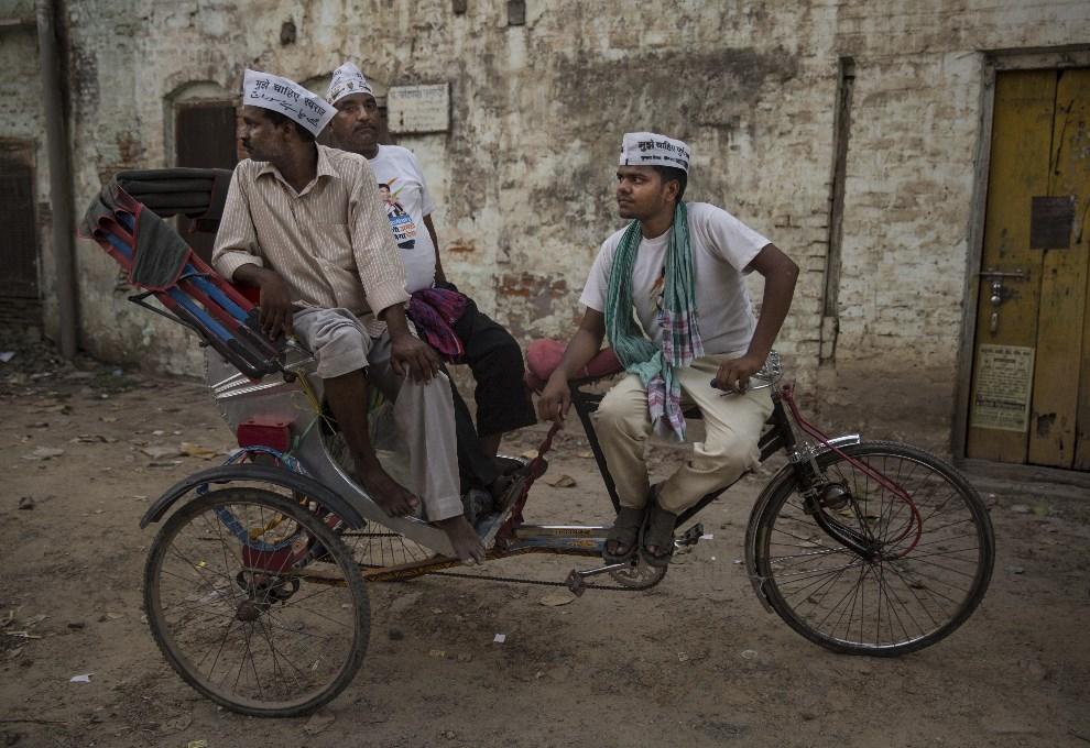 17.INDIE, Waranasi, 9 maja 2014: Zwolennicy Arvindy Kejriwala czekają na przejazd jego kolumny. (Foto: Kevin Frayer/Getty Images)