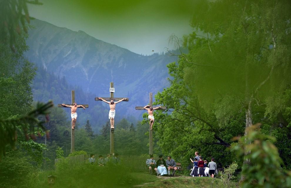 17.NIEMCY, Fischbachau, 29 maja 2014: Pielgrzymi modlą się pod krzyżami na lokalnej kalwarii. (Foto: Joerg Koch/Getty Images)