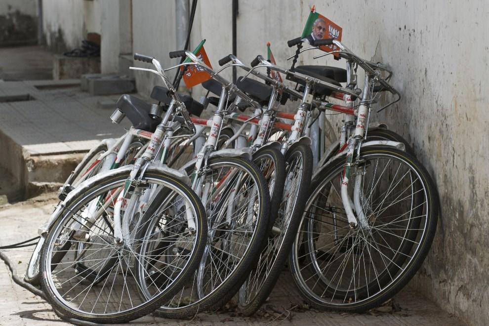18.INDIE, New Delhi, 12 maja 2014: Rowery przed siedzibą Bharatiya Janata Party. AFP PHOTO/Prakash SINGH