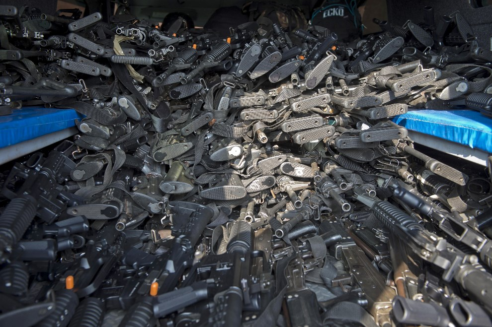 18.MEKSYK, Tepalcatepec, 10 maja 2014: Broń przeznaczona dla nowopowstałej jednostki policji walczącej z gangami narkotykowymi. AFP PHOTO/RONALDO   SCHEMIDT
