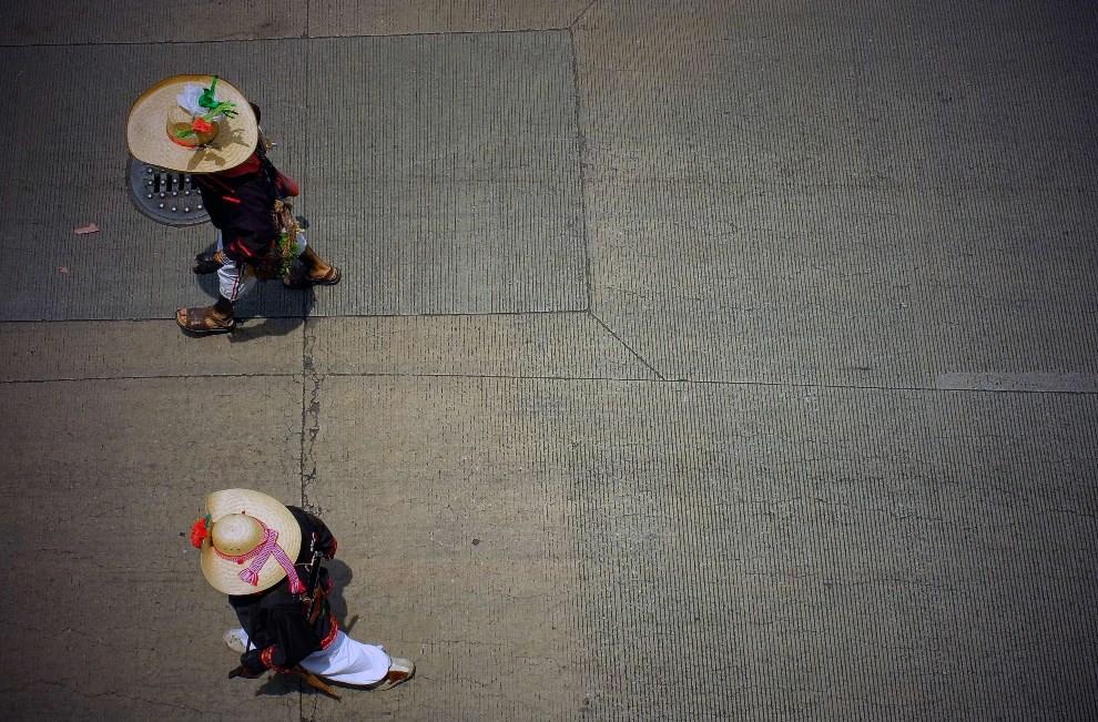 18.MEKSYK, Mexico City, 5 maja 2014: Uczestniczki pochodu z okazji rocznicy zwycięstwa wojsk meksykańskich w bitwie pod Pueblą, które miało miejsce 5 maja 1862 r.   w trakcie francuskiej interwencji w Meksyku. AFP PHOTO/Alfredo Estrella