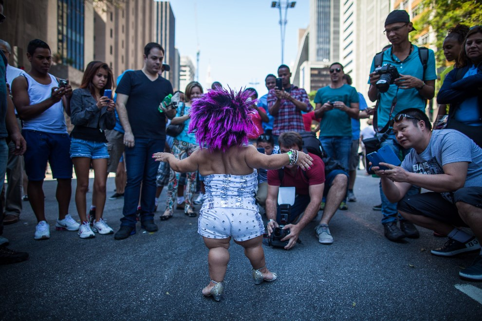 18.BRAZYLIA, Sao Paulo, 4 maja 2014: Uczestniczka Gay Pride Parade fotografowana przez przechodniów. (Foto: Victor Moriyama/Getty Images)