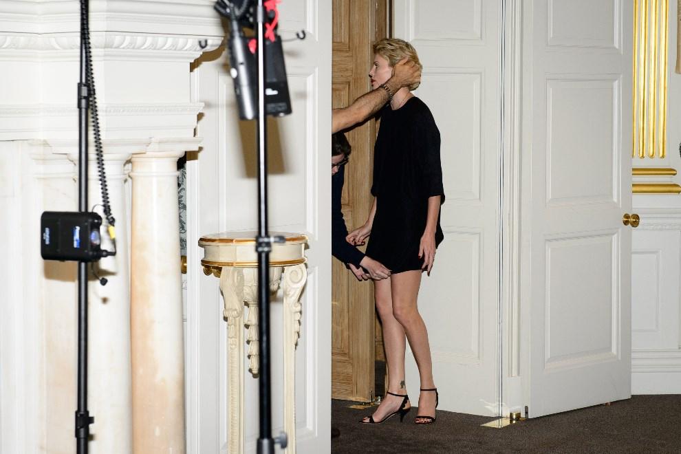 19.WEILKA BRYTANIA, Londyn, 27 maja 2014: Charlize Theron przygotowuje się do występu przed fotoreporterami. AFP PHOTO/LEON NEAL